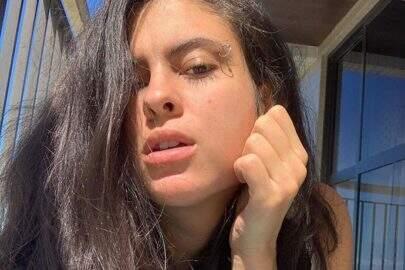 Hana Khalil mostra boa forma na sacada de seu apartamento