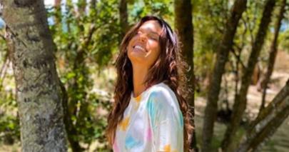 """Isis Valverde renova bronzeado em quarentena e beleza impressiona: """"Você é um absurdo"""""""