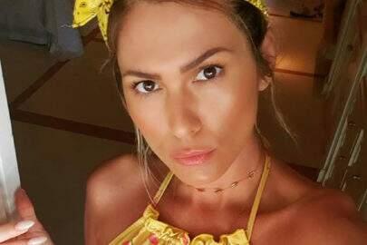 """Lívia Andrade volta a aproveitar sol para renovar marquinha: """"No quintal"""""""