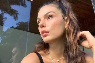 """Isis Valverde curte domingo de sol e eleva o clima na web: """"UAU"""""""