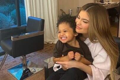 Filha de Kylie Jenner cumpre 'Desafio da Paciência' e vídeo viraliza nas redes sociais