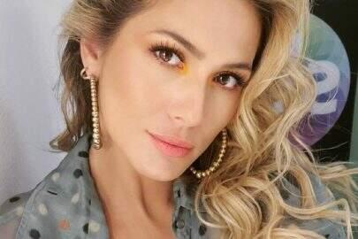 """Lívia Andrade encanta seguidores com sequência de cliques apaixonantes: """"Caras e bocas"""""""