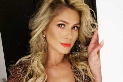 Lívia Andrade posa deslumbrante e relembra look arco-íris no Instagram