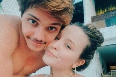 """Larissa Manoela surge aos beijos com namorado e se declara: """"Minha felicidade na quarentena"""""""