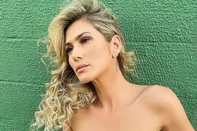 Lívia Andrade posa sentada bem à vontade e detalhe chama atenção