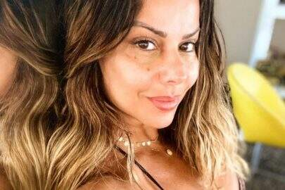 Viviane Araújo posa com namorado em clima romântico na piscina e faz declaração
