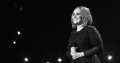 Adele aparece irreconhecível em foto de aniversário após perder cerca de 45kg