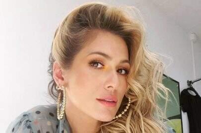 """Lívia Andrade responde se voltaria ao 'Triturando' em novo clique: """"Te amava nele"""""""