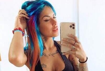 Tati Zaqui mostra nova cor de cabelo para seguidores e exibe boa forma em ensaio