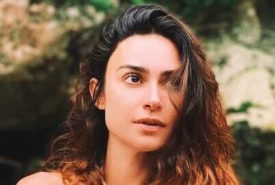 Thaila Ayala exibe abdômen trincado com look fitness na cor vermelha