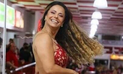 De saia e top, Viviane Araújo exibe boa forma ao lado do namorado e eleva o clima na web