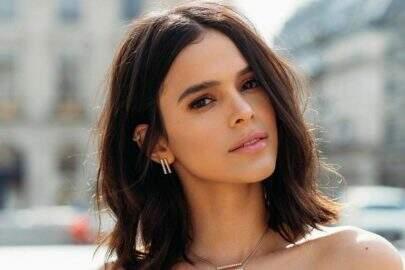 Bruna Marquezine posa de camiseta branca e boa forma impressiona