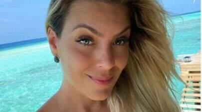 "Renata Fan exibe look do dia para apresentar o ""Jogo Aberto"" e leva web à loucura"