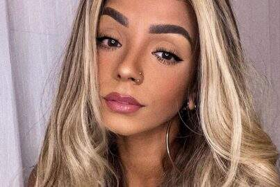 """Brunna Gonçalves posa bem à vontade comendo brigadeiro e recebe elogios: """"Mulher perfeita"""""""