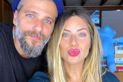 """Giovanna Ewbank surge ao lado de Bruno Gagliasso e brinca: """"Tem alguém entre nós"""""""