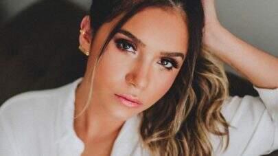 """Ex-BBB Gizelly Bicalho posa bem à vontade e eleva o clima na web: """"UAU!!"""""""