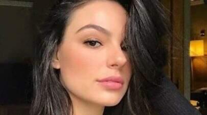 """Isis Valverde renova bronzeado em casa e posa com cabelos esvoaçantes: """"Pura beleza"""""""
