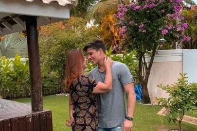Namorado da mãe de Neymar é flagrado em site de prostituição, diz Leo Dias