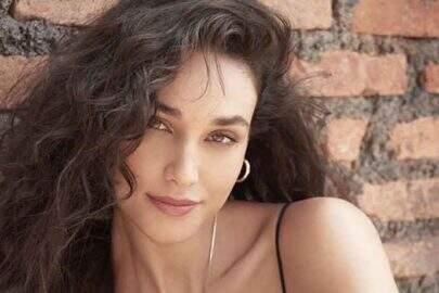 Débora Nascimento relembra clique aproveitando dia de piscina