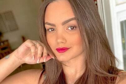 """Suzanna Freitas se arrepende de cirurgia e dispara: """"Ficou grande demais"""""""