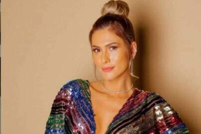 Lívia Andrade posa bem à vontade passando óleo na perna e chama a atenção