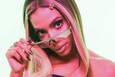 """Em novo ensaio, Anitta ostenta boa forma com look inusitado: """"Embrulhada pra presente"""""""