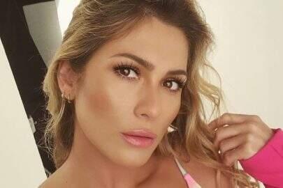 Lívia Andrade curte momento relaxante durante o banho e eleva o clima na web