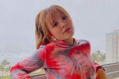 """Larissa Manoela mostra shape sarado e arrasa com look colorido: """"Vamos colorir"""""""