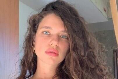Bruna Linzmeyer posa em frente ao espelho e encanta seguidores na web
