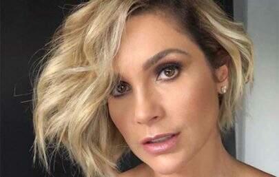 """Flávia Alessandra posa de maiô diferenciado e fã dispara: """"Travou meu celular de tanta beleza"""""""