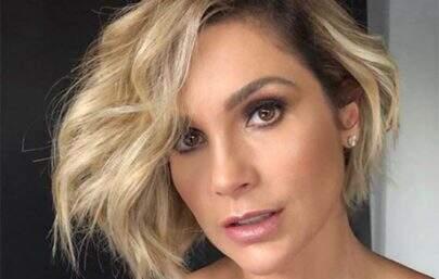 Aos 46 anos, Flávia Alessandra posa em cima da pia e eleva o clima na web