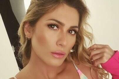 "Lívia Andrade dá boa noite aos seguidores com selfie deslumbrante: ""Perfeita"""