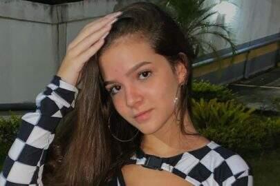Mel Maia surge em cenário paradisíaco e esbanja beleza natural na web