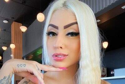 MC Mirella posta storie com look inusitado e esbanja boa forma aos seguidores
