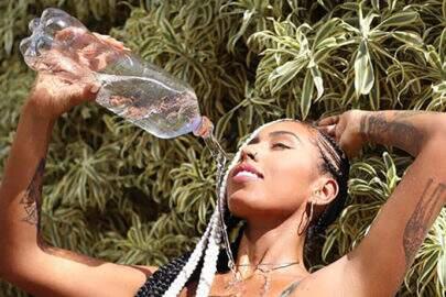 Irmã de Gracyanne Barbosa mostra boa forma e joga água no corpo