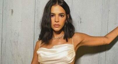 Com vestido luxuoso, Bruna Marquezine exibe boa forma e web vai à loucura