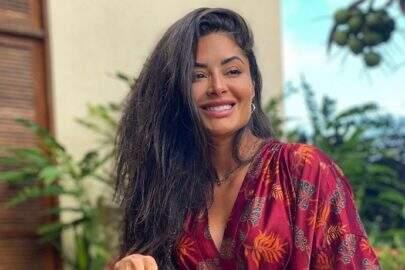 """Aline Riscado posa com modelito revelador em ensaio e fãs elogiam: """"Que energia boa!"""""""