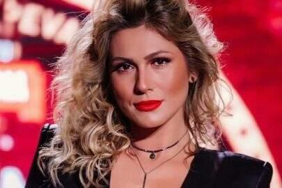 Lívia Andrade faz sucesso na web ao exibir look revelador para apresentar festival