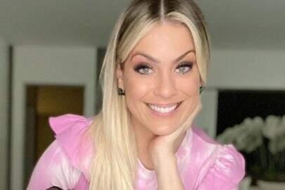 """Renata Fan desfila com look de couro e encanta seguidores com boa forma: """"Brilhando"""""""