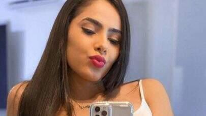 "Juliana Caetano posa agachada e detalhe chama atenção: ""UAU!"""