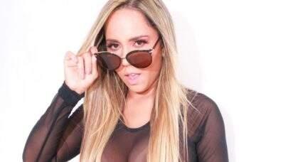 """De jaqueta aberta, Mulher Melão posa bem à vontade em ensaio e fã dispara: """"Abre mais!"""""""