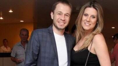 Esposa de Tiago Leifert exibe barrigão de 8 meses de gestação