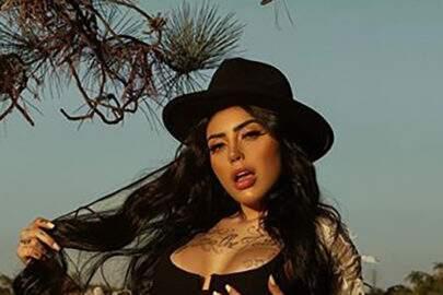 """Vestida de peoa, MC Mirella mostra boa forma em fazenda: """"Terra de cowboy"""""""