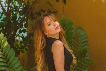 """Larissa Manoela aparece com vestido preto e fã brinca: """"Estou ficando velho"""""""