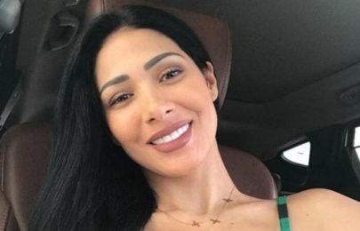 """Simaria posta selfie bem à vontade e detalhe chama atenção: """"Sextou!"""