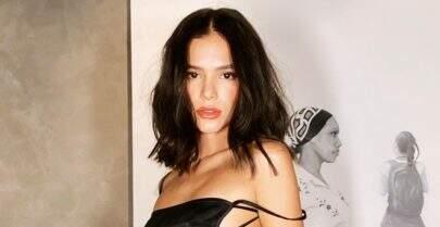 Bruna Marquezine posa em frente ao espelho e exibe look elegante na cor branca