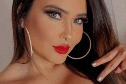 """Geisy Arruda faz ensaio caseiro ousado para divulgar lançamento de podcast: """"Ansiosa demais"""""""