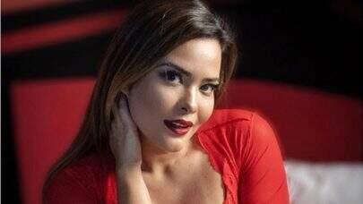 Geisy Arruda faz selfie com acessório inusitado e ostenta boa forma em look vermelho