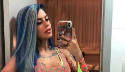 """Tati Zaqui posa só de blusa em frente ao espelho e fãs criam curiosidade: """"Tá sem?"""""""