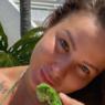 Ex-BBB Maria Cláudia posa em águas cristalinas com biquíni diferenciado e recebe elogios
